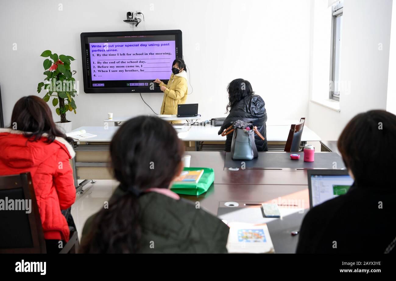 Yinchuan, Région Autonome Chinoise De Ningxia Hui. 17 février 2020. Les enseignants discutent d'une leçon d'anglais avant d'enregistrer pour une classe en ligne à Yinchuan, dans la région autonome de Ningxia hui, dans le nord-ouest de la Chine, le 17 février 2020. Des millions d'étudiants chinois ont commencé à apprendre en ligne lundi, puisque le nouveau semestre scolaire initialement prévu pour le 17 février est actuellement reporté en raison d'un mécanisme national de lutte contre l'épidémie. Crédit: Feng Kaihua/Xinhua/Alay Live News Banque D'Images