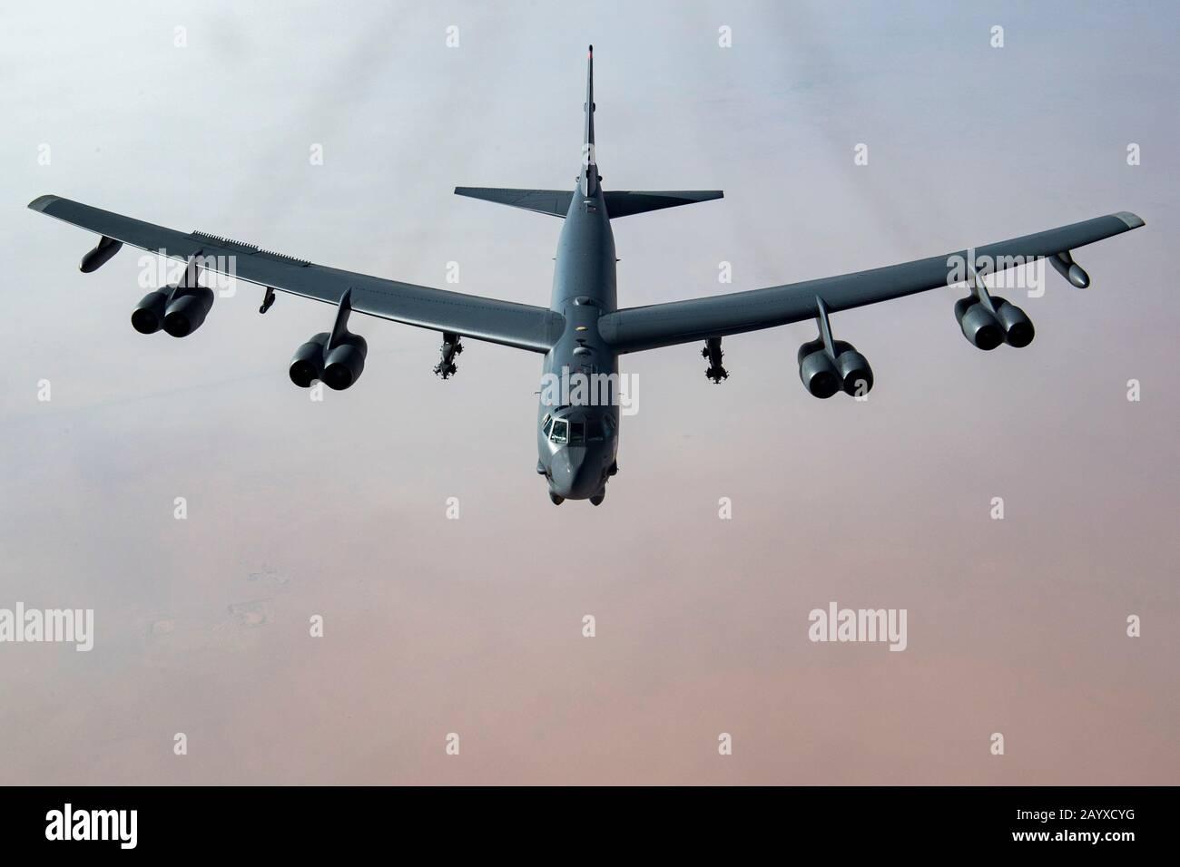 Un bombardier stratégique StratoFortress B-52 H de l'armée de l'air américaine survole le désert saoudien à la base aérienne du Prince Sultan le 1er novembre 2019 à Al Kharj, en Arabie Saoudite. Banque D'Images