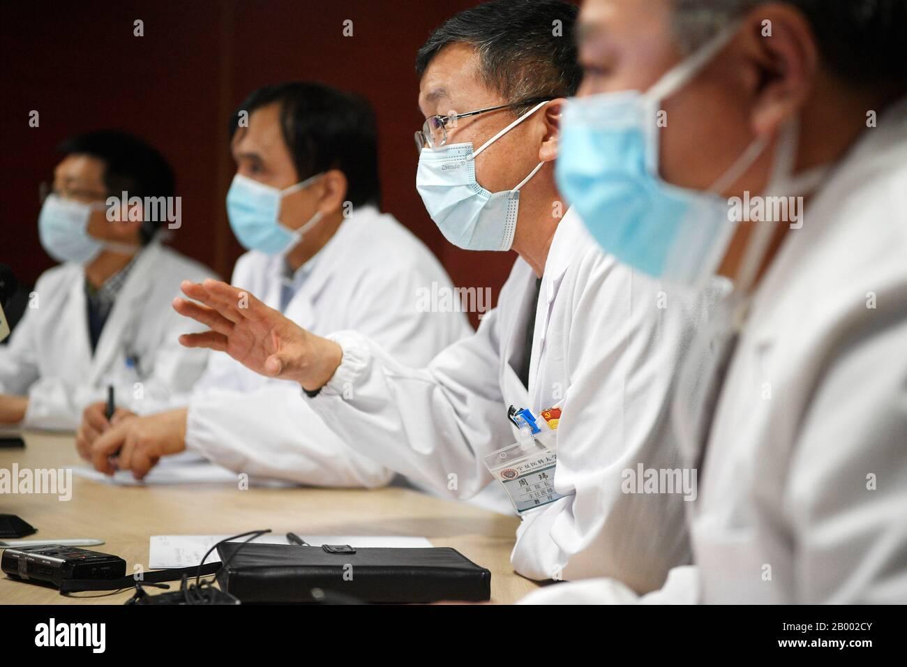 (200218) -- YINCHUAN, 18 février 2020 (Xinhua) -- des spécialistes de l'Hôpital général de l'Université médicale de Ningxia effectuent un diagnostic à distance des nouveaux cas d'infection au coronavirus (COVID-19) à l'Hôpital Polytechnique affilié de Xiangyang dans le centre de consultation médicale à l'Hôpital général de Ningxia de l'Université médicale de Ychinuan, en Chine centrale Région Autonome De Ningxia Hui En Chine Du Nord-Ouest, 17 Février 2020. L'Hôpital général de l'Université médicale de Ningxia a lancé lundi une téléconsultation auprès des patients infectés par le nouveau coronavirus au Xiangyang Polytech Banque D'Images