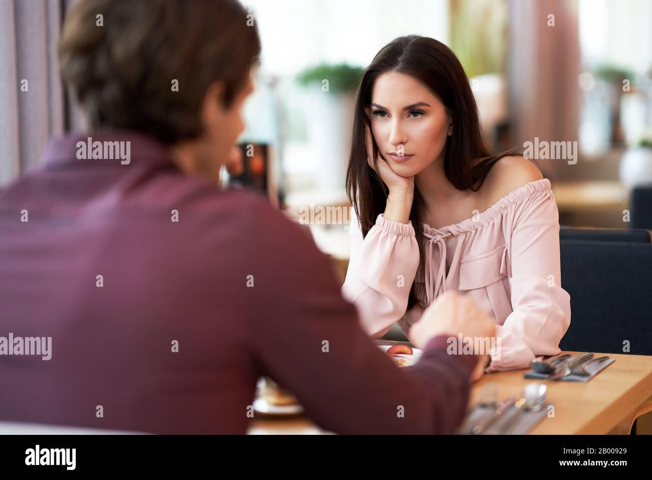 Jeune Couple ayant un argument Dans Cafe Banque D'Images