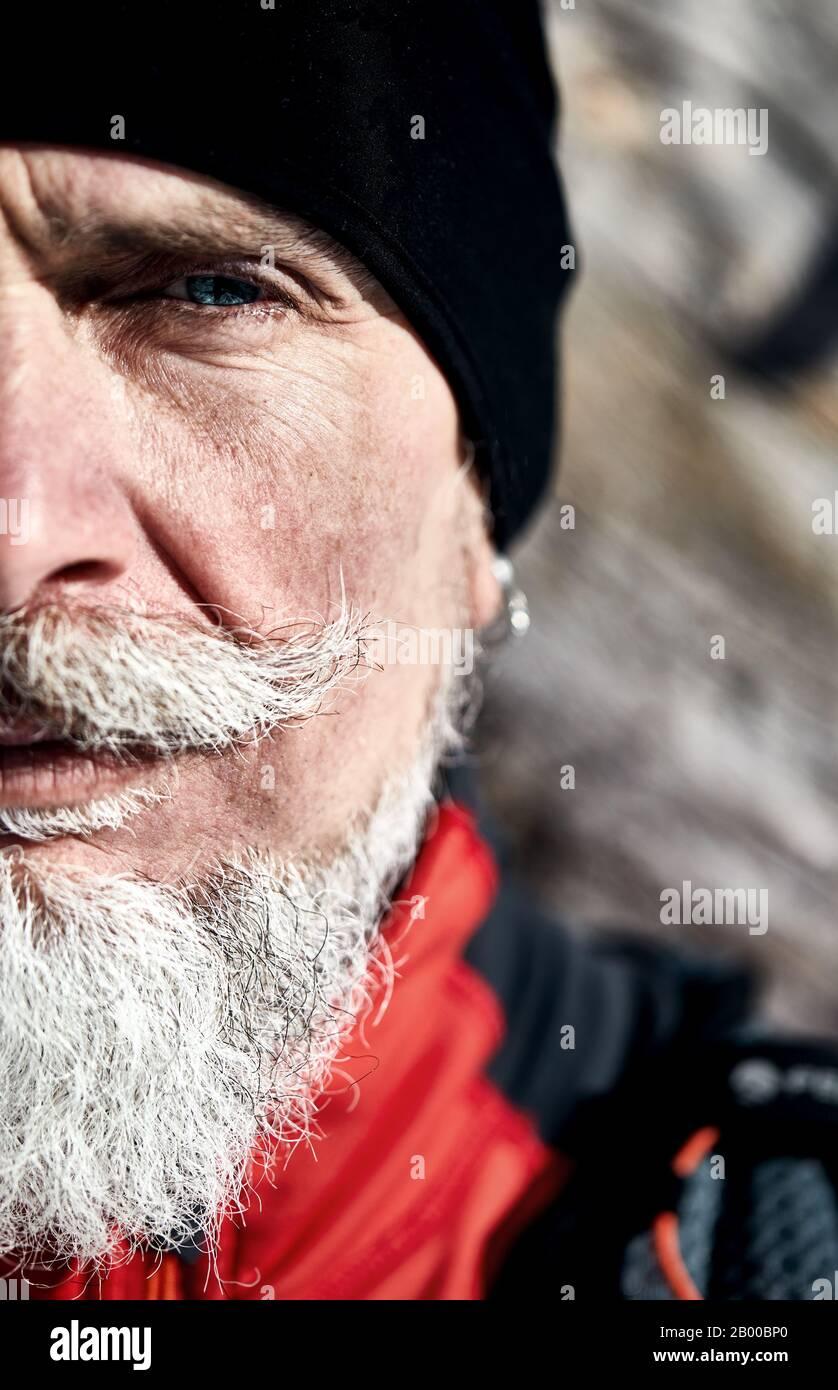 Portrait émotionnel de l'homme de coureur âgé sérieux avec gris. Concept de puissance et c masculinité. Banque D'Images
