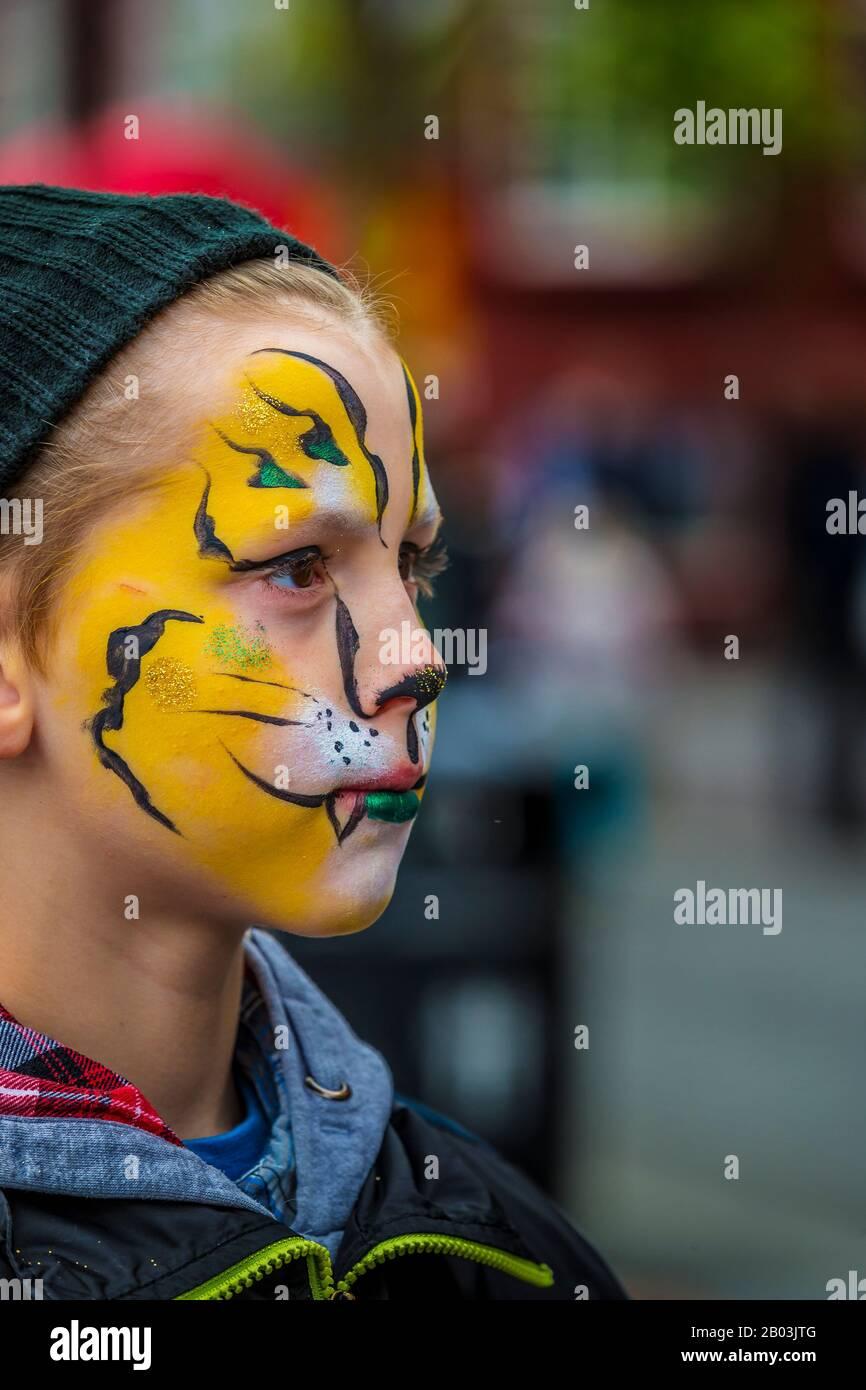 Garçon avec peinture faciale, festival d'été, Reykjavik, Islande Banque D'Images