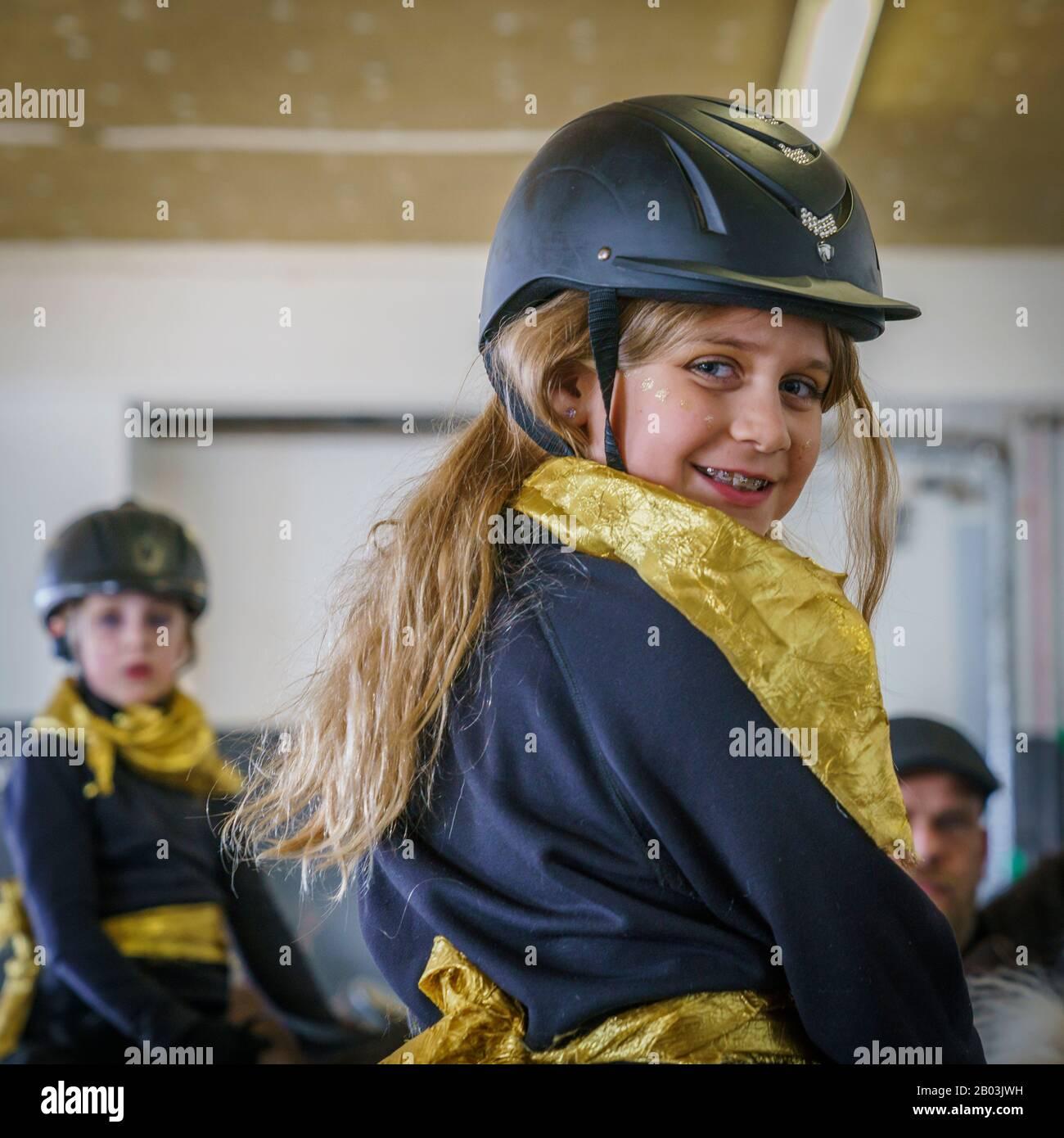 Fille à cheval portant un casque, Reykjavik, Islande Banque D'Images