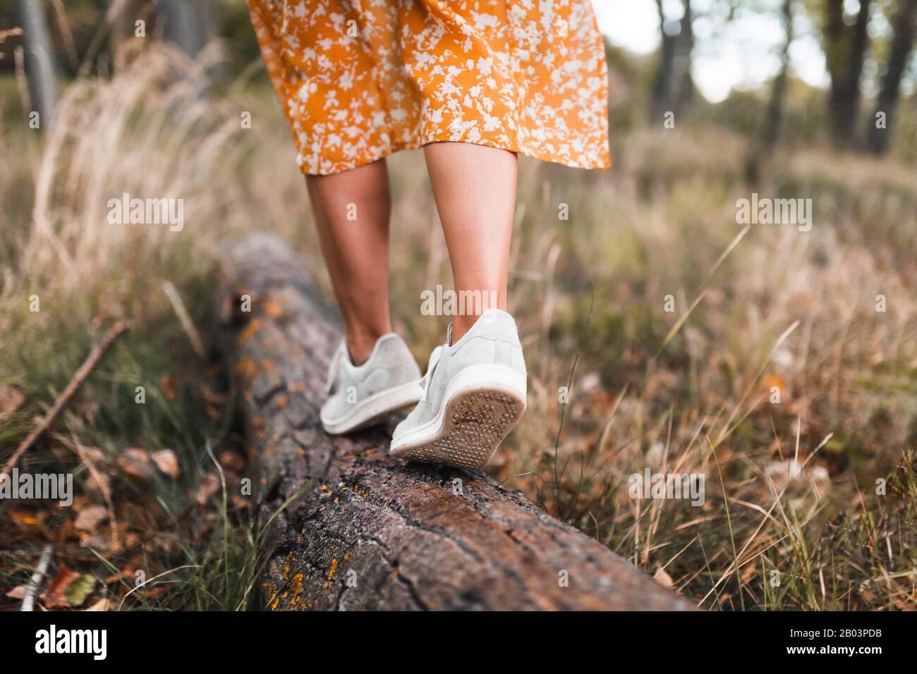 Jeune femme marchant dans la forêt portant des robes Banque D'Images