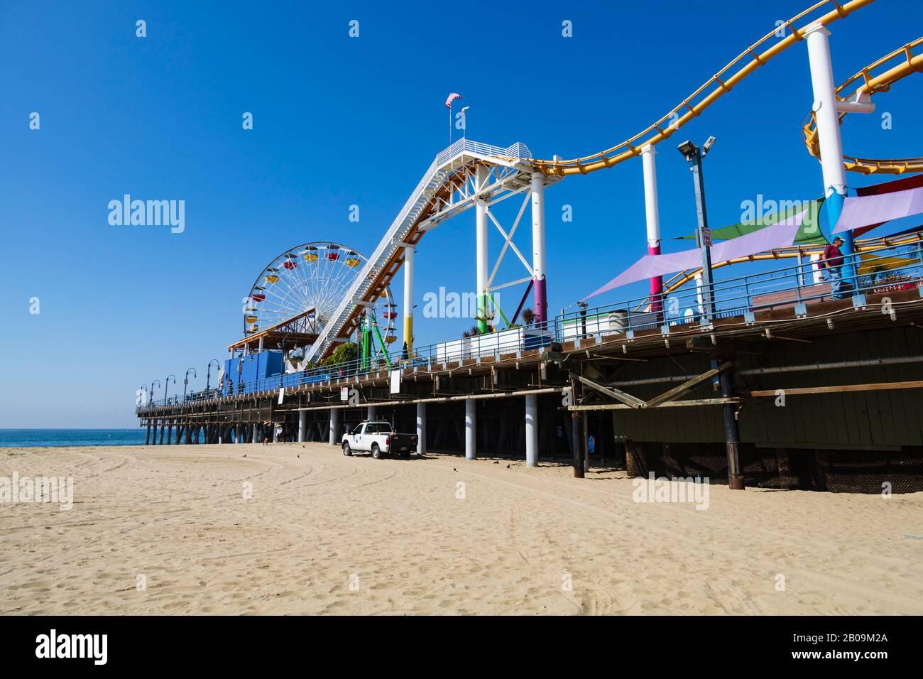 Grandes roues et montagnes russes sur la jetée de Santa Monica, Los Angeles, Californie, États-Unis d'Amérique Banque D'Images