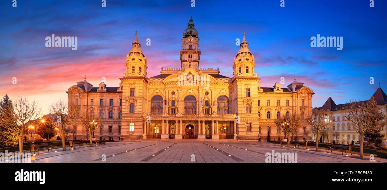 Gyor, Hongrie. Image panoramique du centre-ville de Gyor avec l'hôtel de ville de Gyor au beau lever du soleil. Banque D'Images