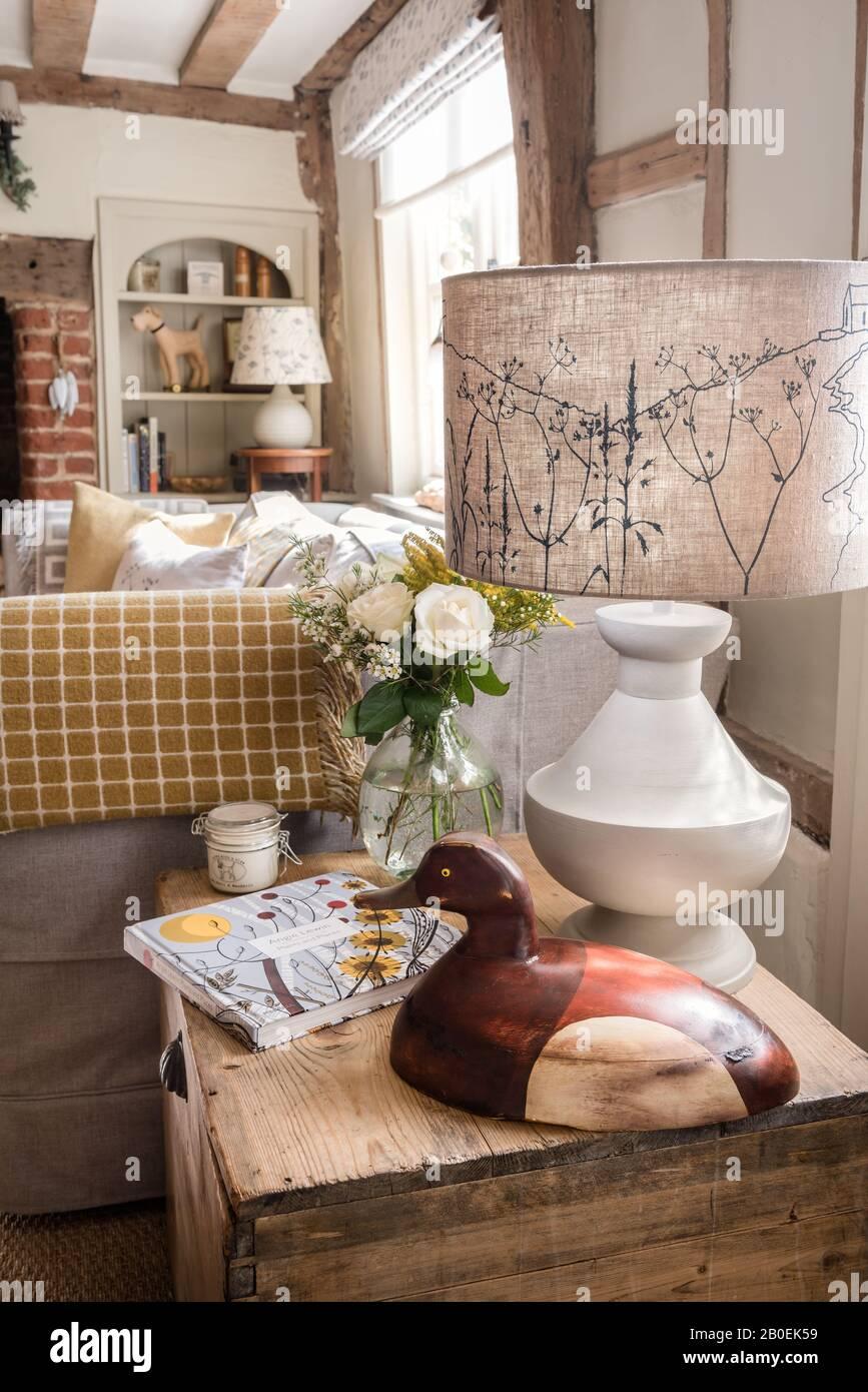 Canard en bois décoratif et lampe sur caisse en bois Banque D'Images