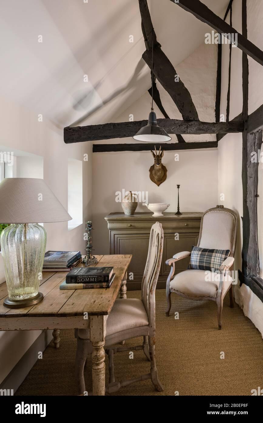 Chaise de salle à manger suédoise et fenêtre de table en chêne anglais donnant sur le jardin. Banque D'Images