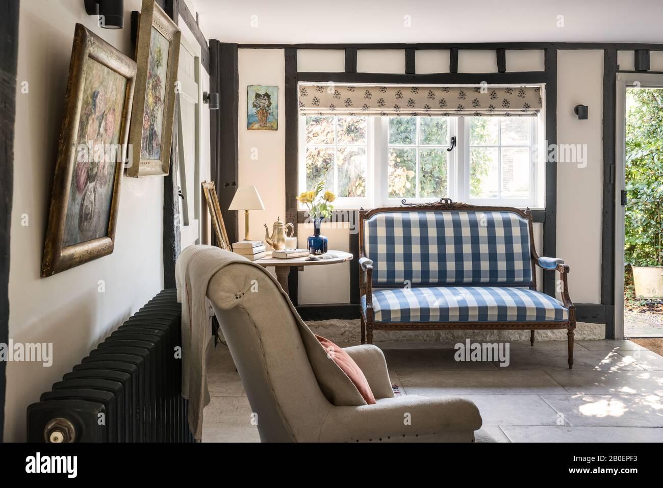Canapé de style Louis XVI capitonné à Vichy avec fauteuil Napoléon français et table en bois fruité française du XIXe siècle. Banque D'Images
