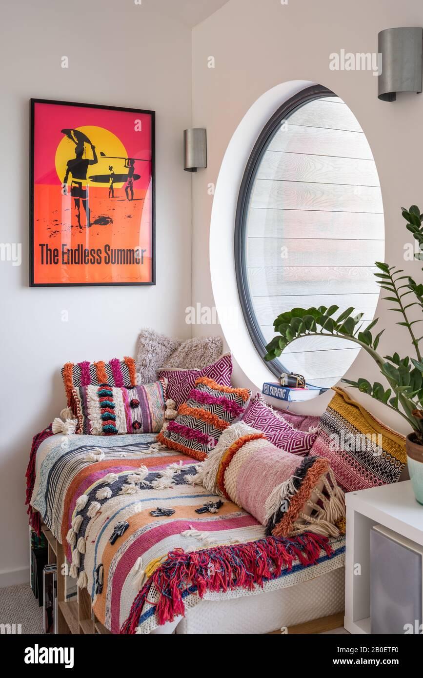 Affiche de surf au-dessus du siège de fenêtre dans la grande fenêtre de hublot. Banque D'Images