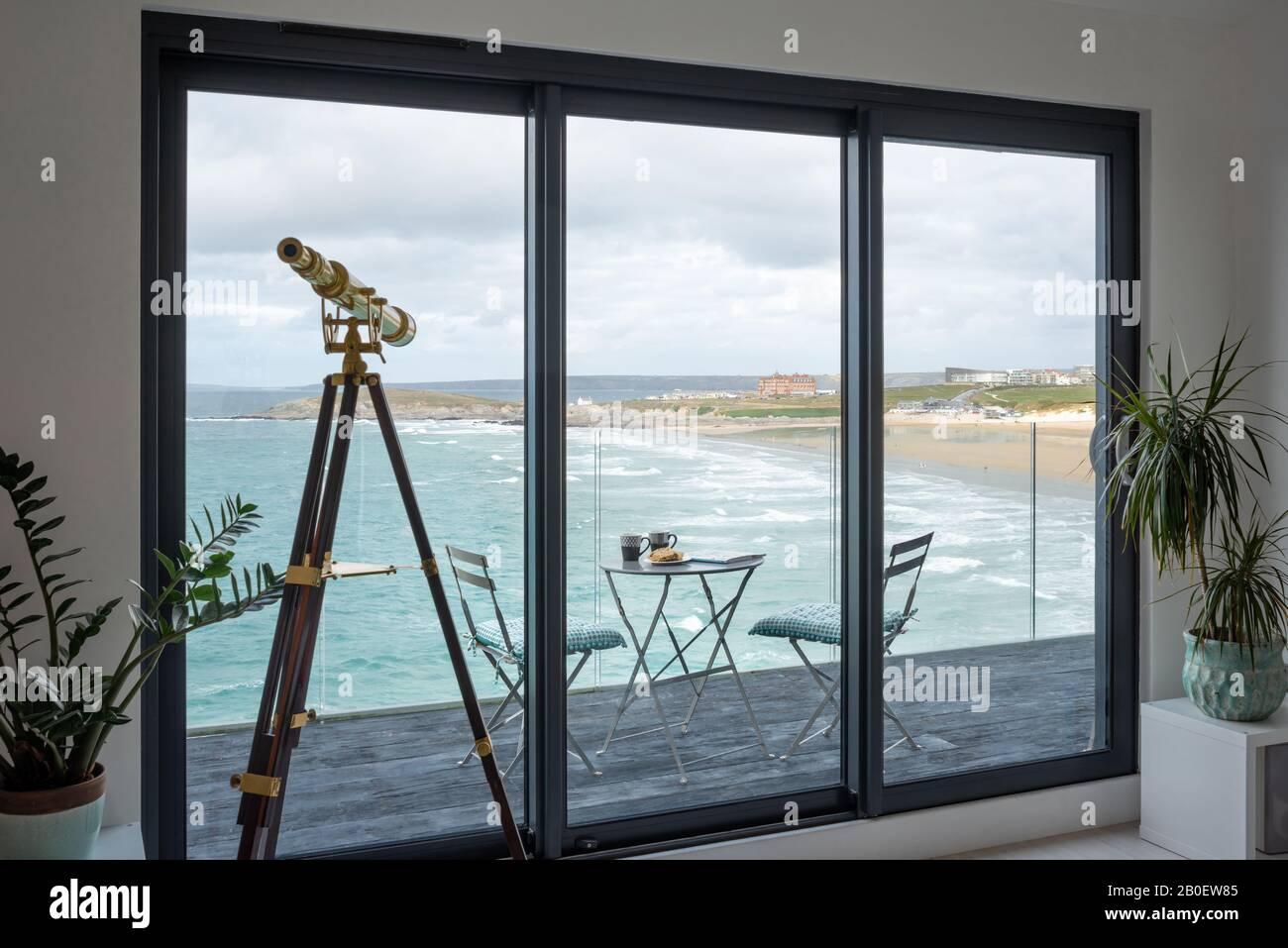Télescope en laiton avec vue sur la plage de Fistral Banque D'Images