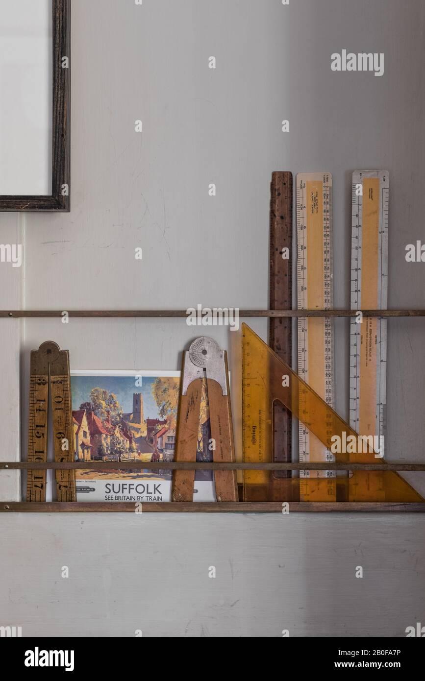 Les rails en laiton contiennent de petites cartes, du matériel de référence et de l'équipement de dessin, conçus par Stephen Pardy. Banque D'Images