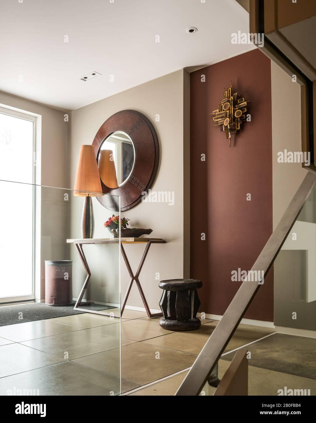 Grand miroir au-dessus de la table dans le couloir de l'appartement moderne De Wset Londres. Banque D'Images