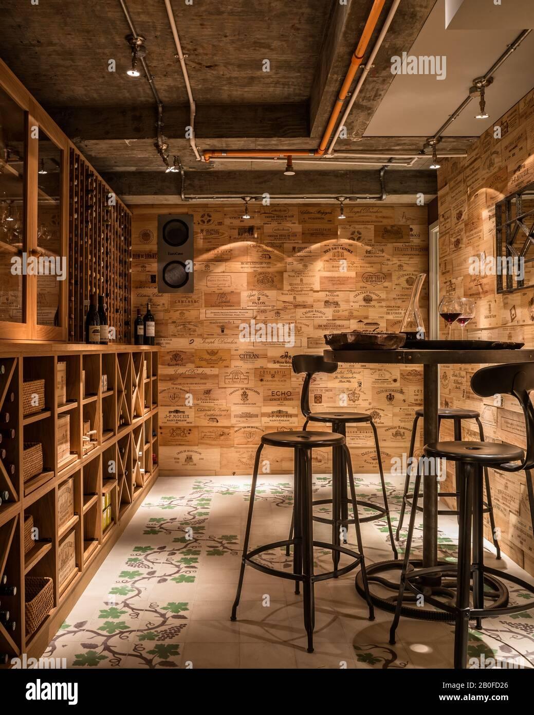 Revêtement mural dans une cave à vin à base d'anciennes boîtes à vin et de carreaux de sol en grapevine d'Emery & Cie Banque D'Images
