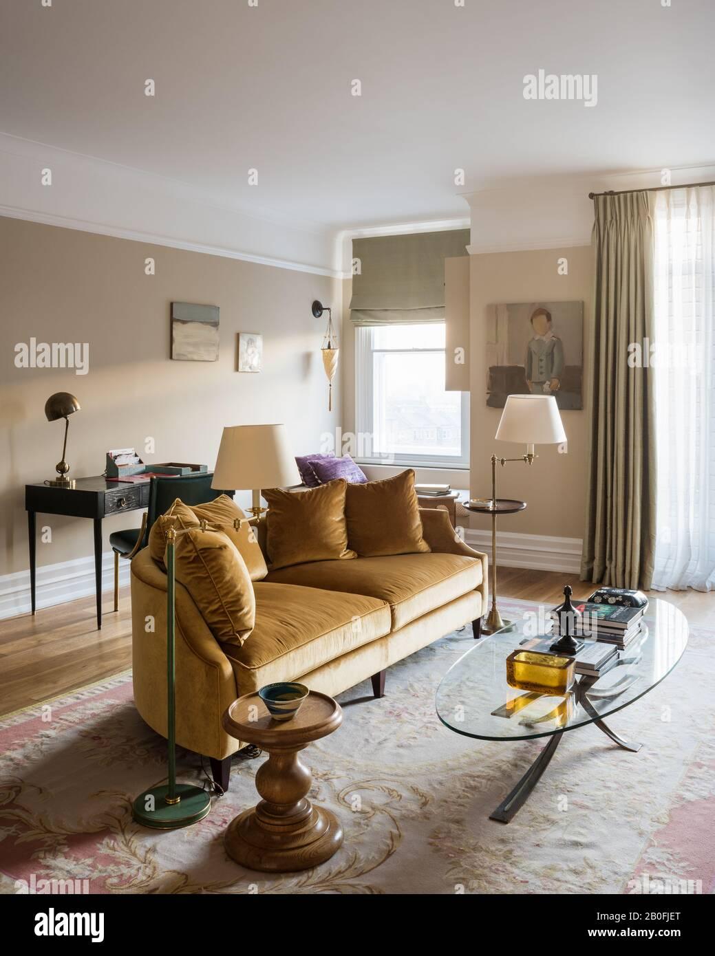 Canapé demi Lune avec tables Opplyst et tapis Aubusson. Banque D'Images