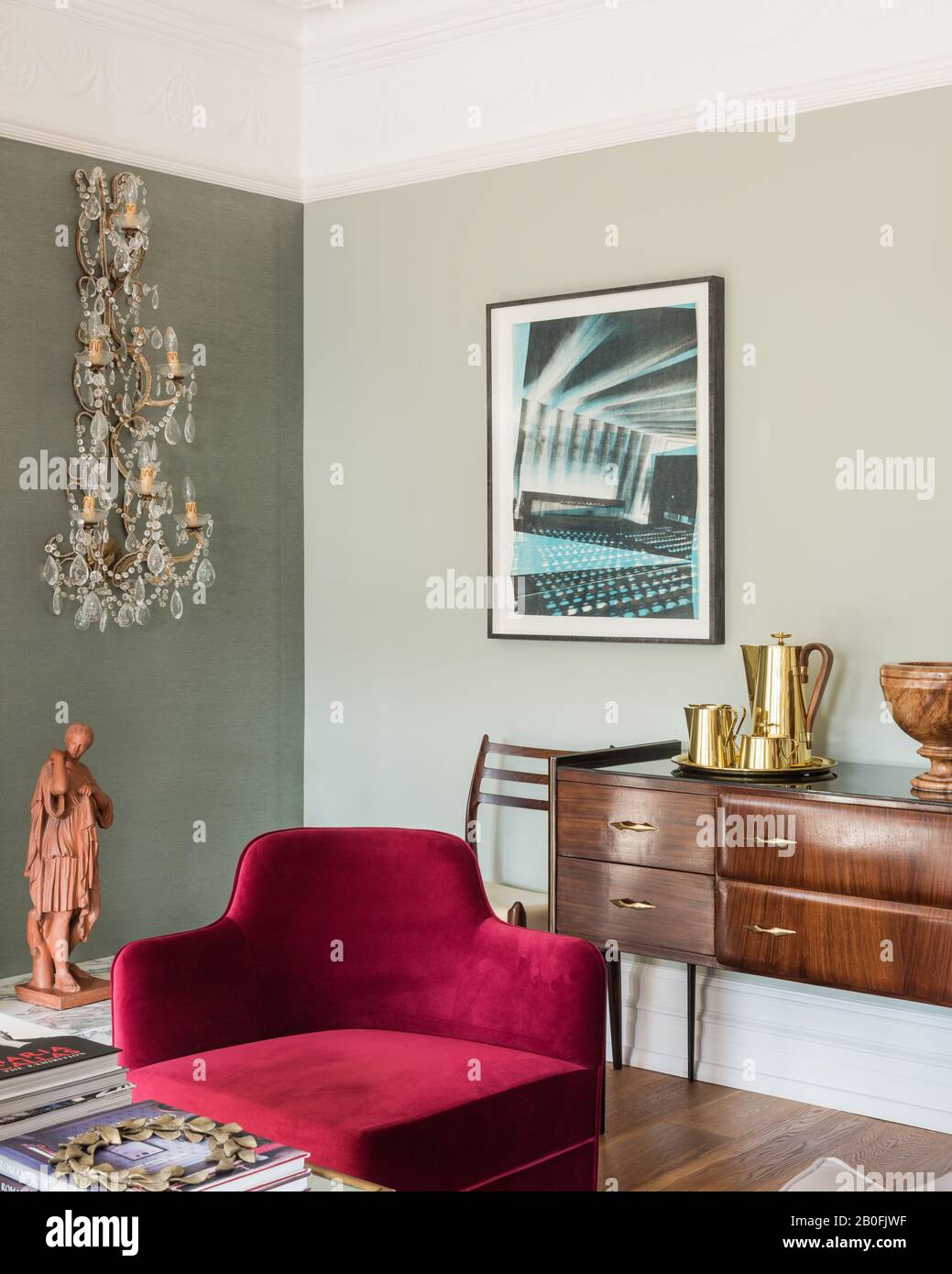 Mélange de pièces anciennes et contemporaines, de buffets de Yoko et d'un fauteuil sur mesure en velours rouge Banque D'Images
