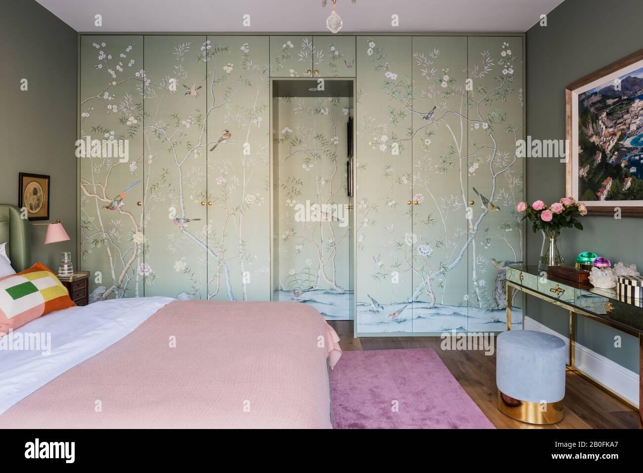 Papier peint Chinoiserie couvrant les portes de l'armoire. Banque D'Images