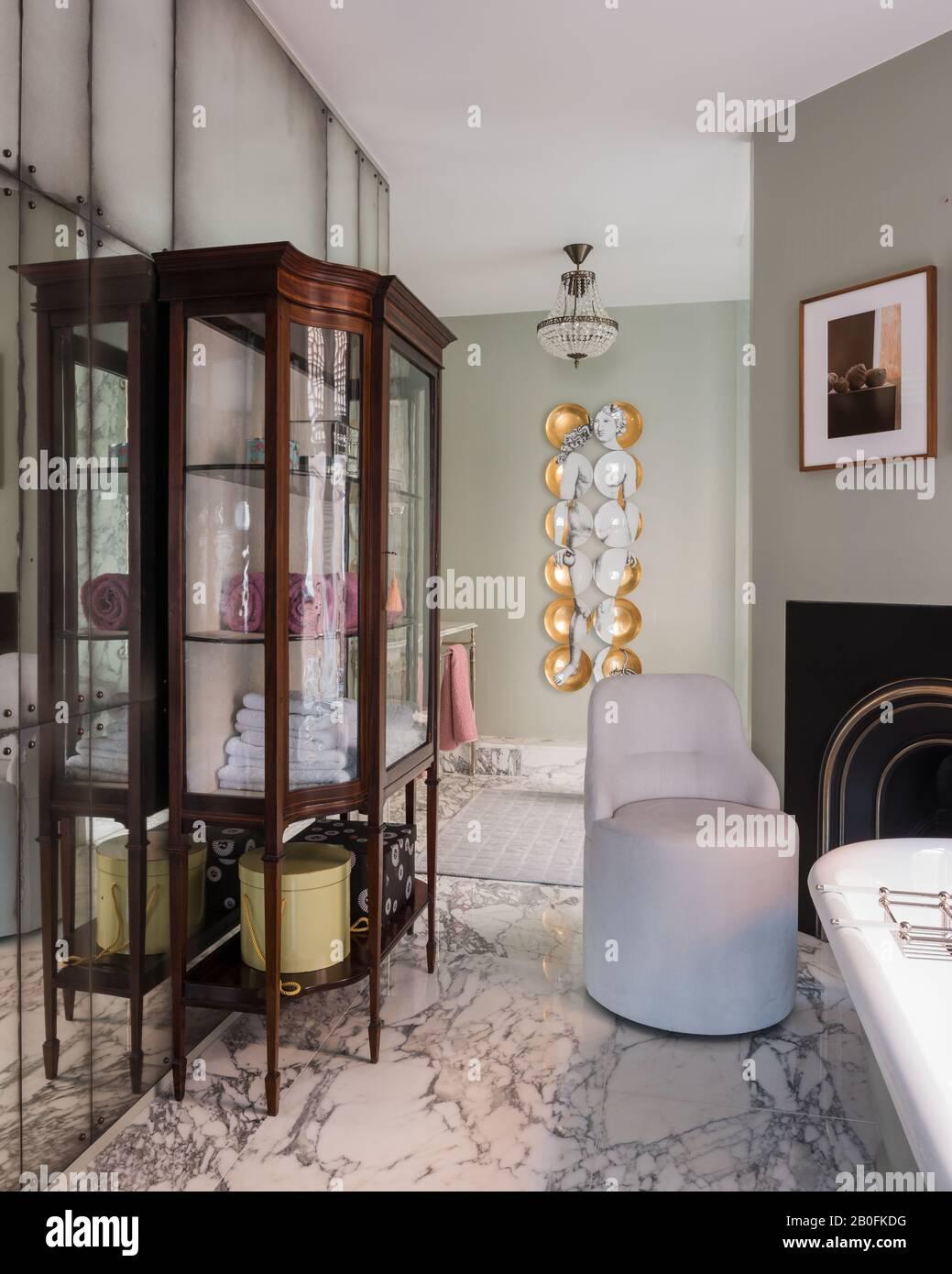 Fornasetti 'Eve' avec une armoire en bois d'époque Banque D'Images
