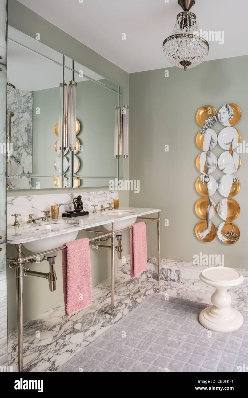 Double lavabo et miroirs dans la salle de bains en marbre. Banque D'Images