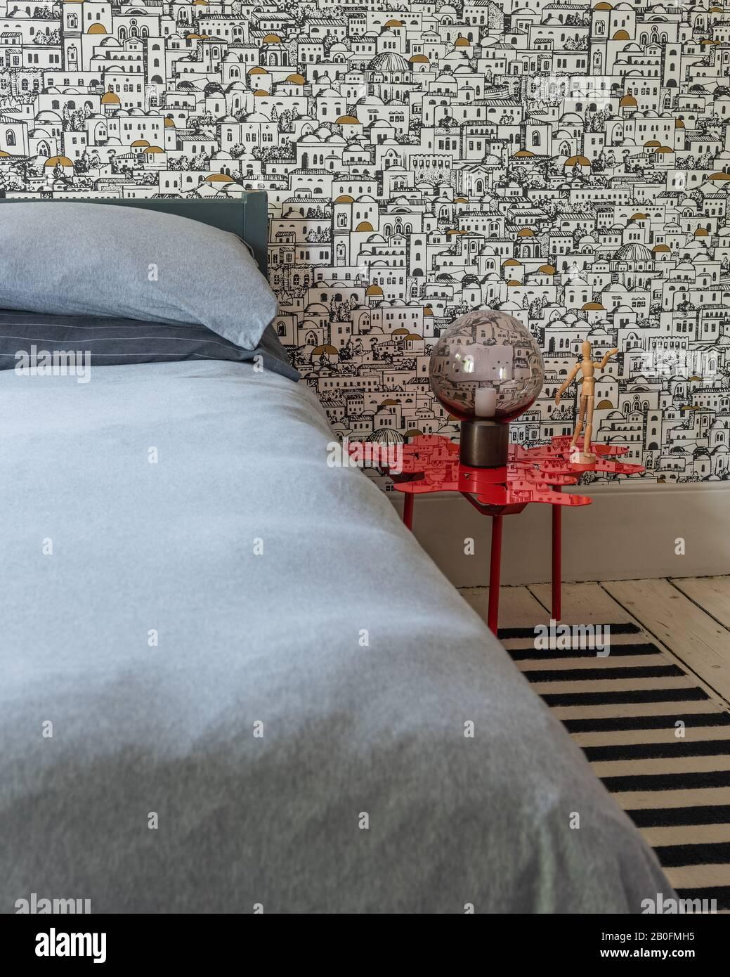 Papier peint noir et blanc et tapis rayé avec table de Moroso. Le fond d'écran est Mediterraneo de Coles. La lampe de table Moon est par CTO Lighting. Banque D'Images
