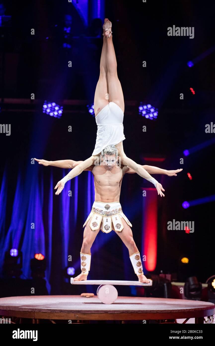 Gérone, ESPAGNE - 18 FÉVRIER: Cubains Duo Dadiva exécute des acrobaties sur rola rola pendant le festival international du cirque 'Elefant d'Or' au Parc de la Deves Banque D'Images
