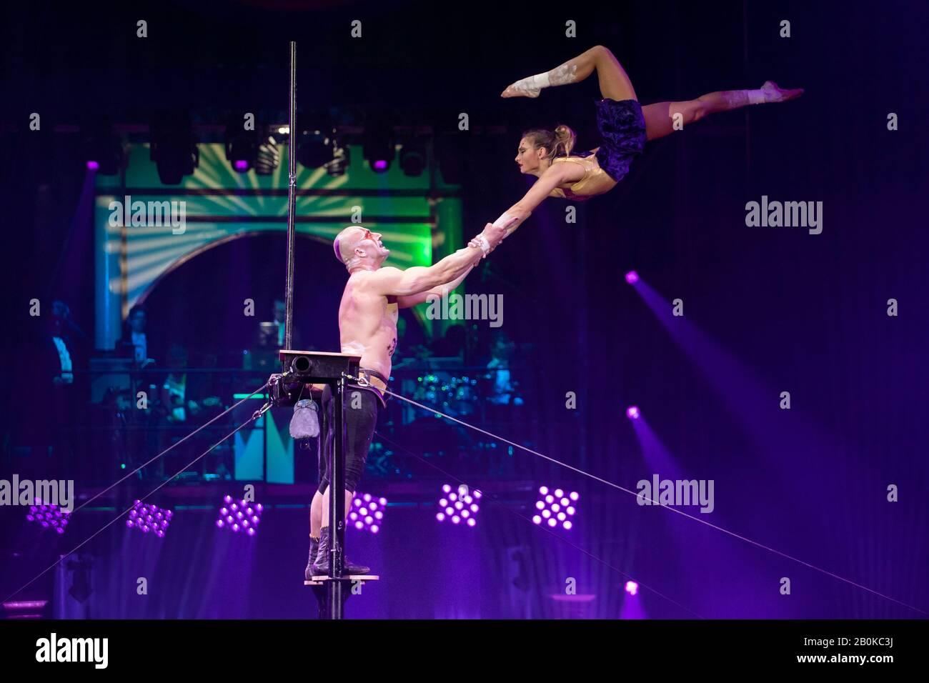 """Gérone, ESPAGNE - 17 FÉVRIER: Russe Ruslan Sementsov et Kseniia Nikiforova se remplissent de """"servir à voler"""" pendant """"Elefant d'Or"""" International Circus Festi Banque D'Images"""