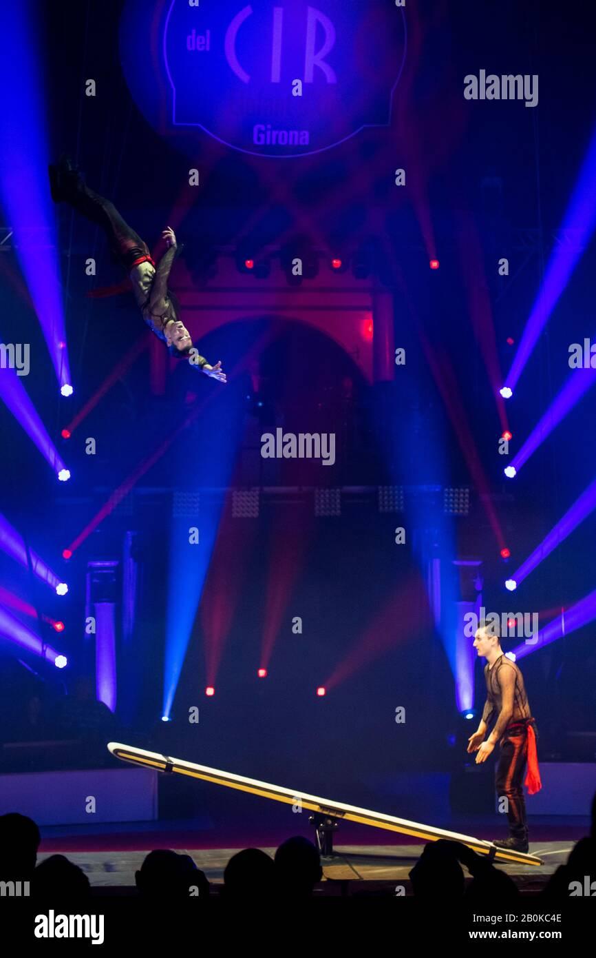Gérone, ESPAGNE - 18 FÉVRIER : les artistes russes effectuent le spectacle « Jump'n'Roll » sur le plateau pendant le festival international du cirque « Elefant d'Or » au Parc de la de Banque D'Images