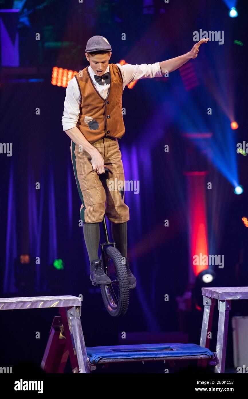Gérone, ESPAGNE - 18 FÉVRIER : American Wesley Williams effectue un monocycle lors du Festival International du cirque Elefant d'Or au Parc de la Devesa on Banque D'Images