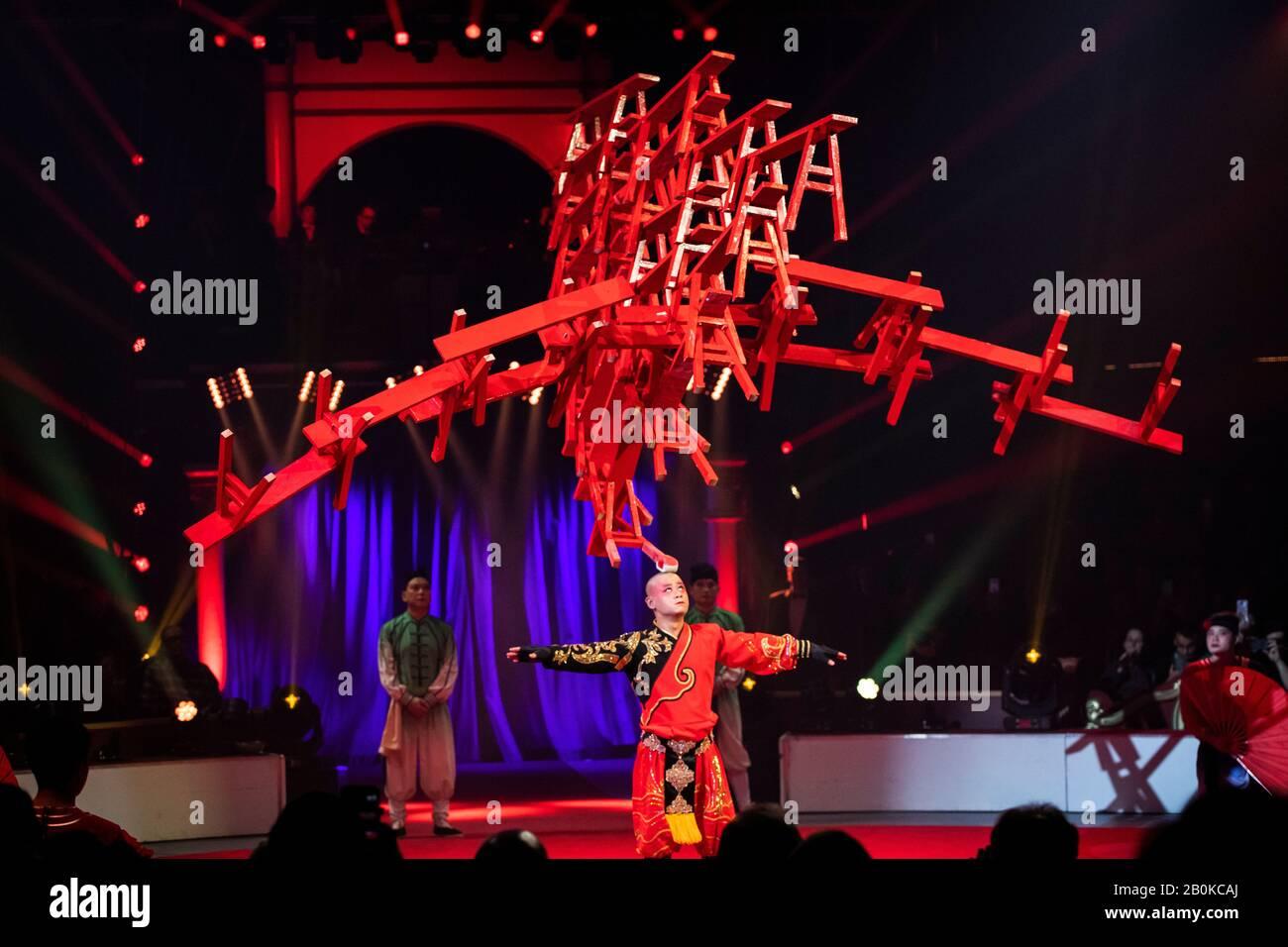 Gérone, ESPAGNE - 18 FÉVRIER : la Troupe acrobatique Anhui de Chine se produit lors du festival international du cirque Elefant d'Or au Parc de la Devesa, en février Banque D'Images