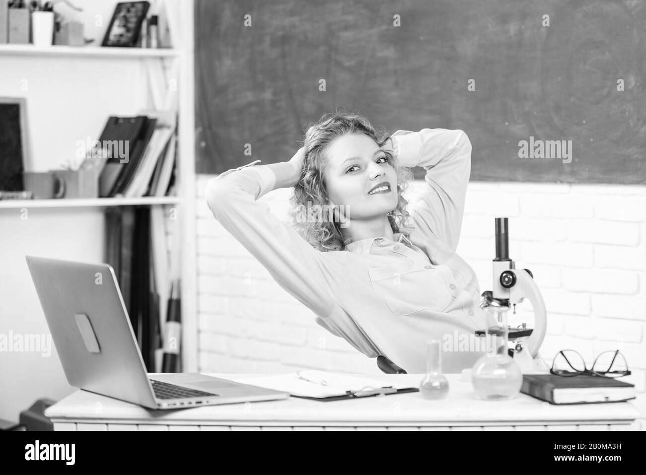 Trouver moyen de se détendre au milieu de travail. Femme adorable professeur essayez de vous détendre dans la salle de classe. Les méthodes de relaxation et de santé mentale. Pédagogue de l'école de l'occupation. L'étirement après une dure journée de travail. Tout simplement se détendre. Banque D'Images