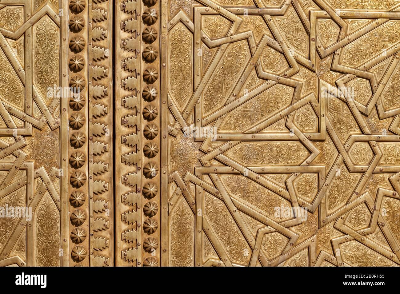 Porte d'or de la porte du palais royal à Fès, Maroc. Image d'arrière-plan abstraite. Banque D'Images