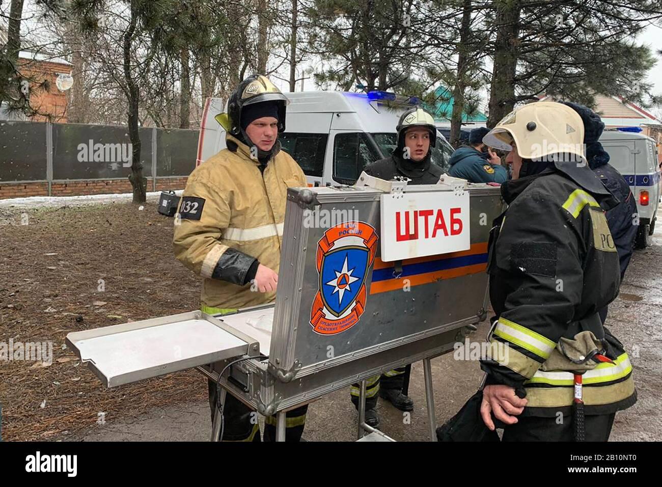 Russie. 22 février 2020. Région de Rostov-ON-DON, RUSSIE - 22 FÉVRIER 2020: Les employés du ministère russe des urgences ont vu sur le site d'une explosion de gaz domestique dans une maison résidentielle de la ville d'Azov. Deux personnes sont mortes dans l'explosion, une a été hospitalisée, 49 évacuée. La Direction de la région de Rostov-on-Don du ministère russe des urgences/TASS crédit: ITAR-TASS News Agency/Alay Live News Banque D'Images