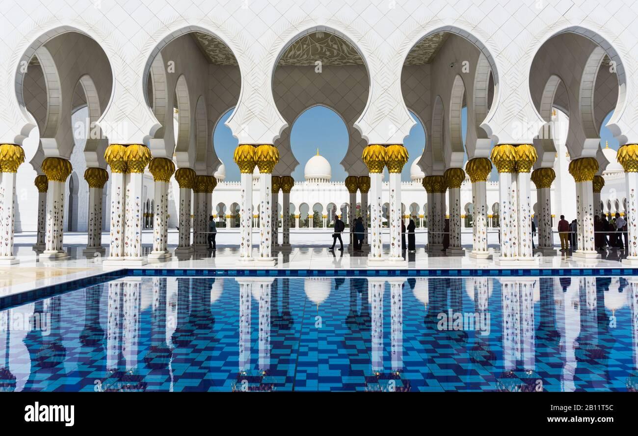 Des arches et des dômes blancs brillants de la Grande Mosquée de Sheik Zayed à Abu Dhabi Banque D'Images