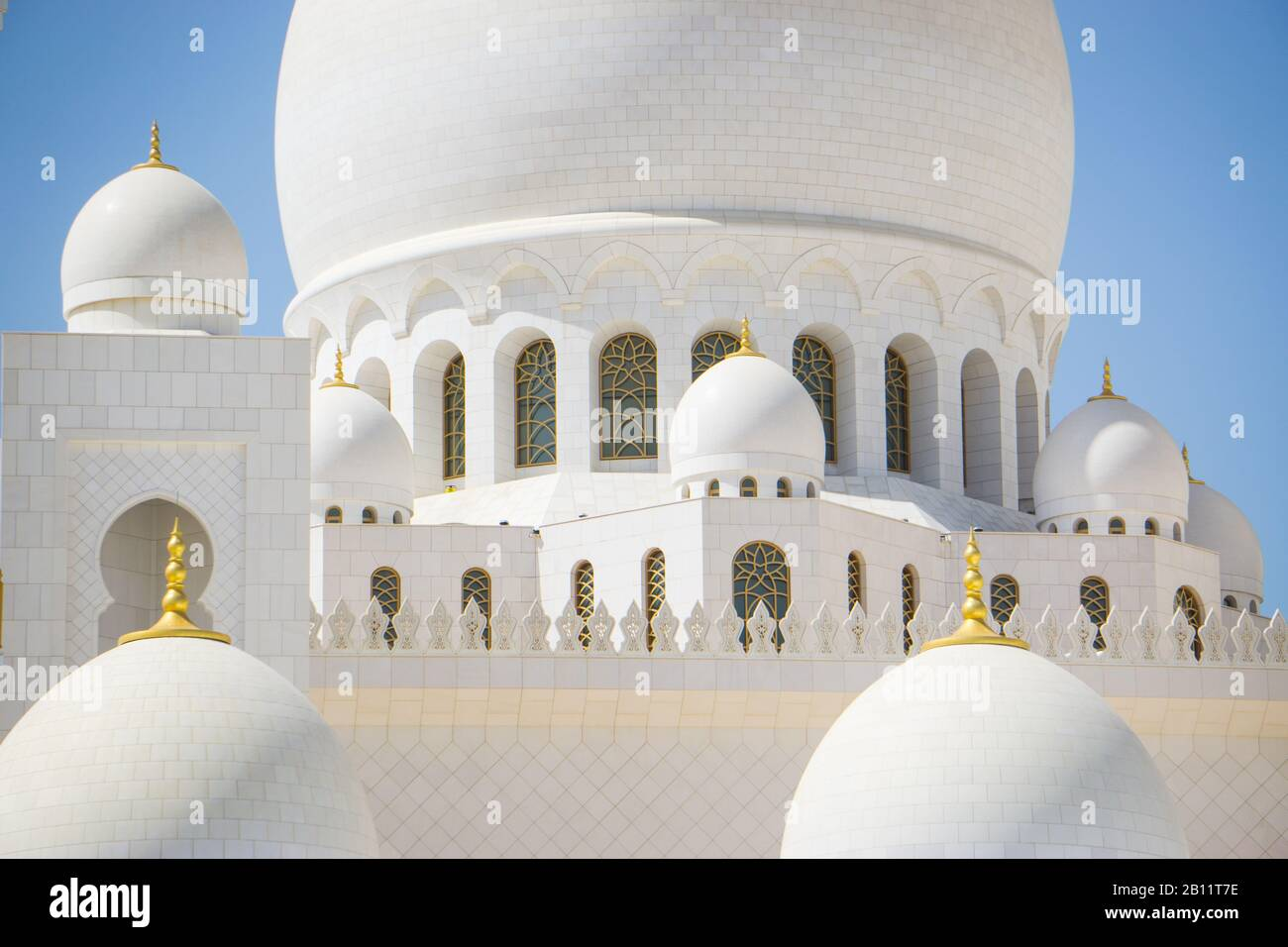Arches et dômes en marbre blanc de la Grande Mosquée Sheikh Zayed, Abu Dhabi. Banque D'Images