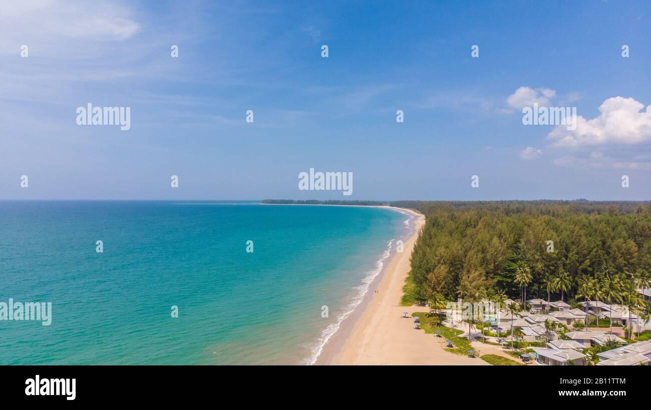 Vue aérienne de la plage de Khao Lak en Thaïlande et de l'hôtel Khao Lak Devasom Banque D'Images