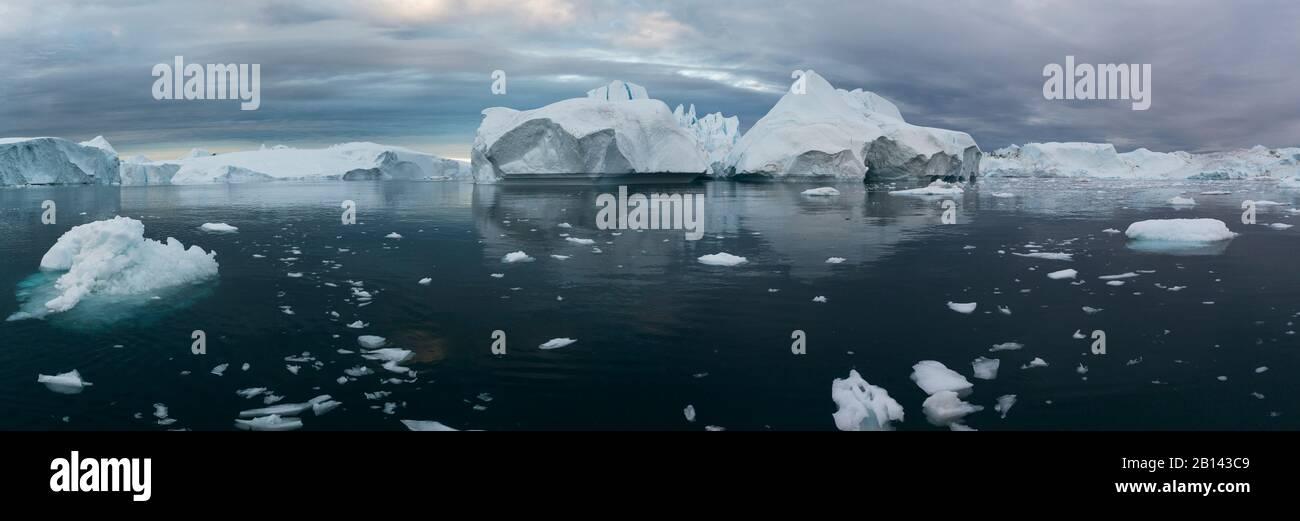 Icebergs dans la baie de Disko au Groenland, au milieu de l'été Banque D'Images