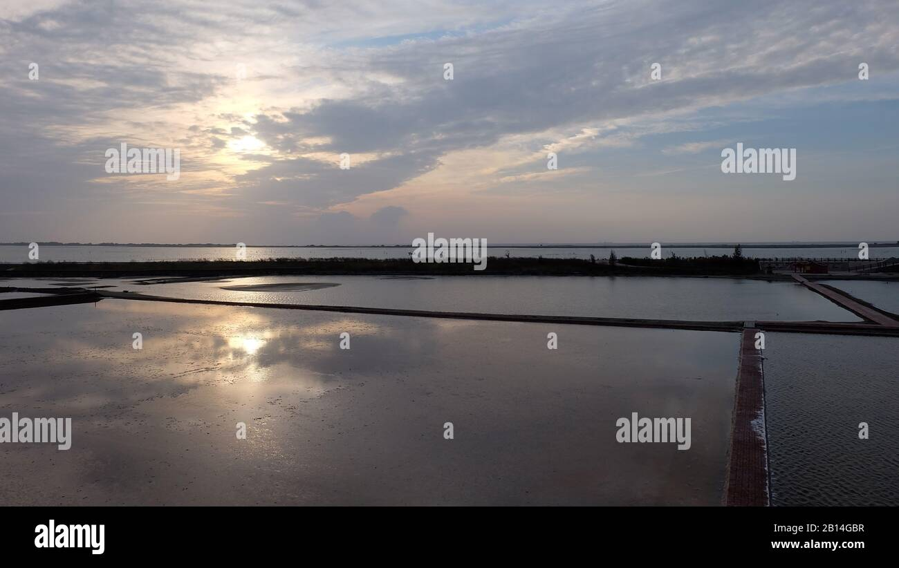L'eau a inondé le champ avec le reflet du ciel du soir avec le soleil couchant. Banque D'Images