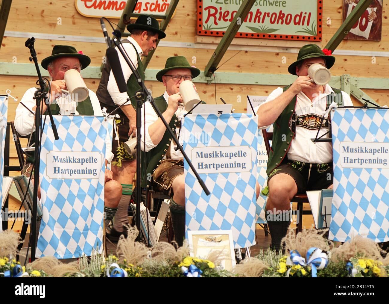 Munich, ALLEMAGNE - 1 OCTOBRE 2019 Pause bière pour le groupe de laiton jouant de la musique traditionnelle en costume bavarois dans une tente de bière de l'histoire d'Oide Wiesn Banque D'Images