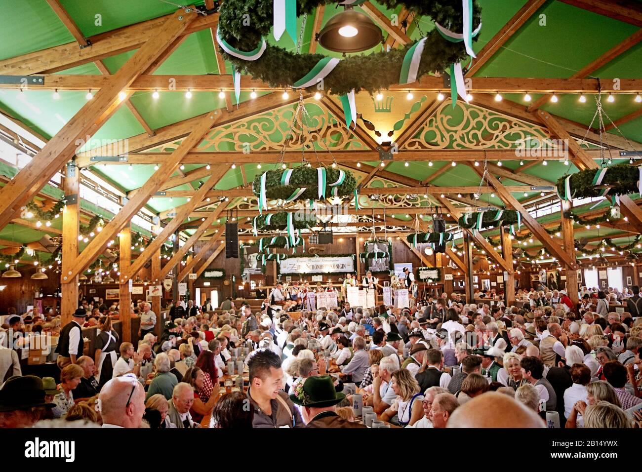 Munich, ALLEMAGNE - 1 OCTOBRE 2019 tente de bière à l'Oide Wiesn partie historique de l'Oktoberfest à Munich, environnement familial Banque D'Images
