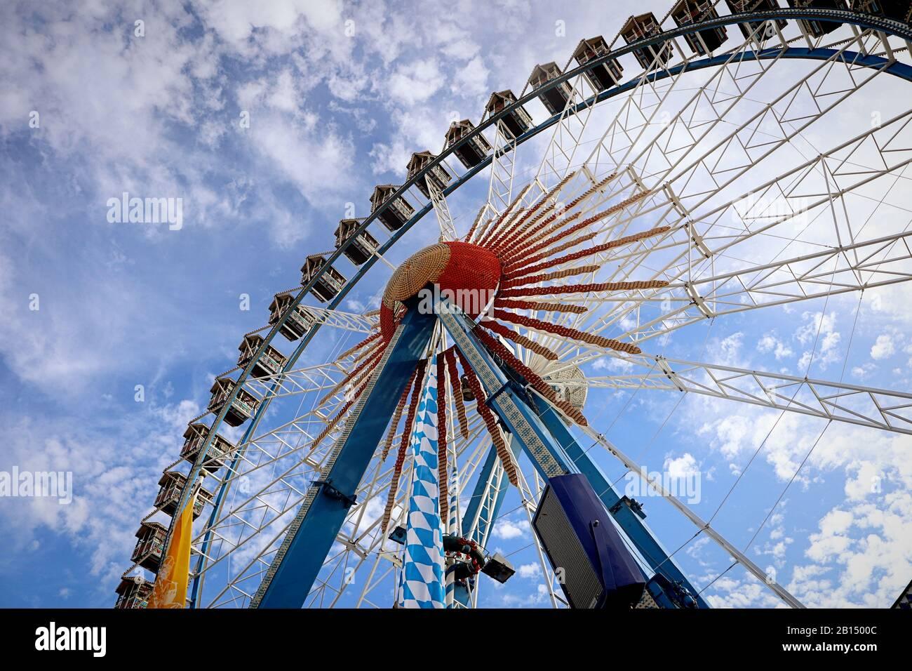 Munich, ALLEMAGNE - 1 OCTOBRE 2019 Grande roue de ferris avec des stands de style bavarois à l'Oktoberfest à Munich Banque D'Images