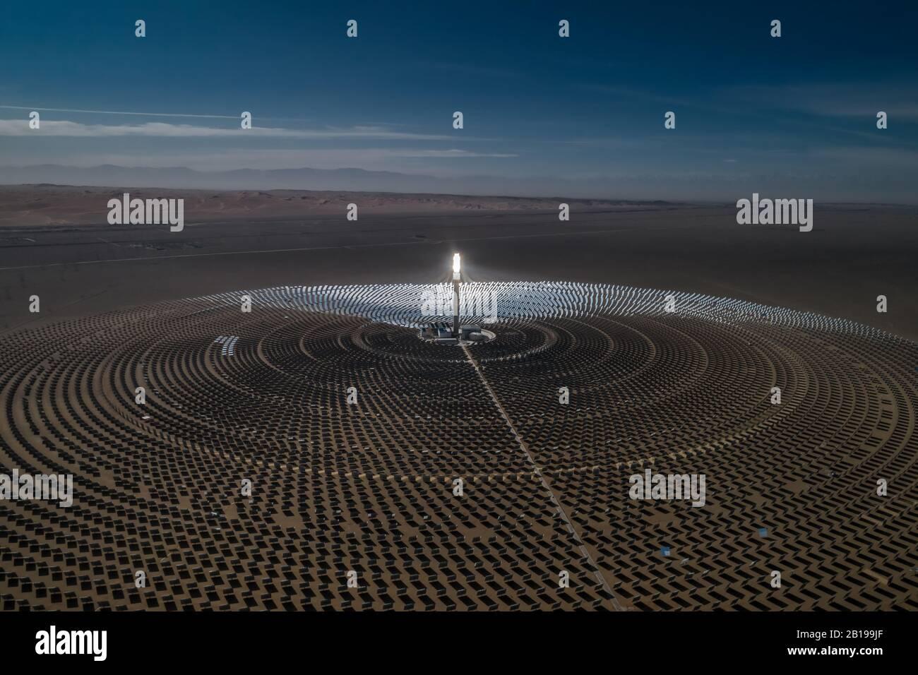 La vue aérienne de la centrale thermique solaire utilise des miroirs qui concentrent les rayons du soleil sur une tour de collecte pour produire de l'énergie renouvelable et sans pollution. Banque D'Images