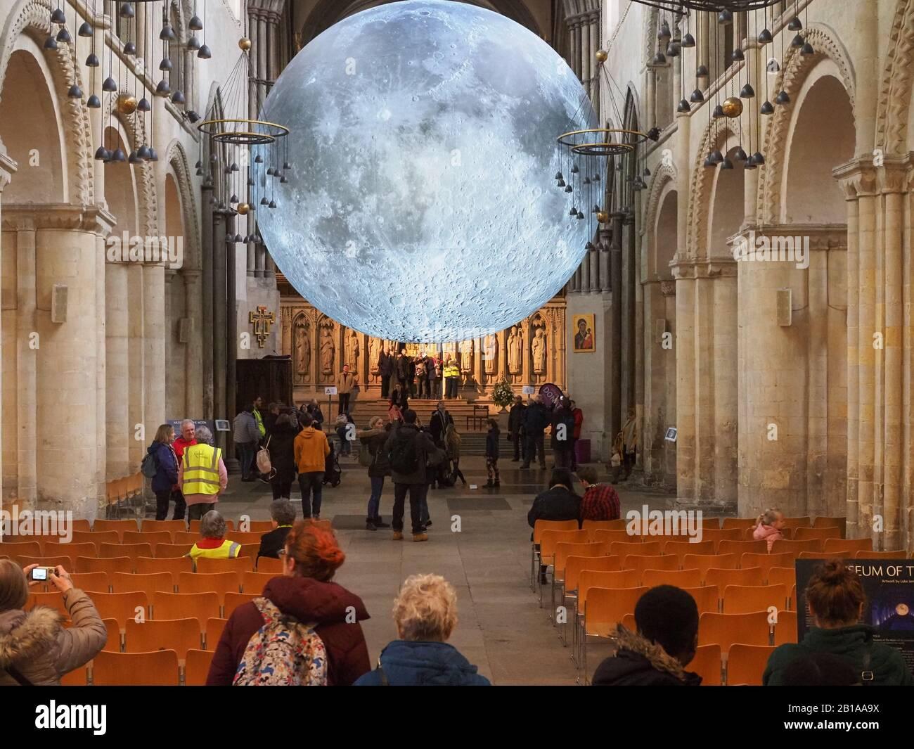 Rochester, Kent, Royaume-Uni. 24 février 2020. L'exposition « Musée de la Lune » de Luke Jerram a augmenté astronomique les visiteurs de la cathédrale de Rochester dans le Kent où elle est actuellement affichée jusqu'au 4 mars. Selon les chiffres rapportés par Kent Online aujourd'hui, dans les 12 premiers jours de l'ouverture de la cathédrale a vu 75 000 personnes visiter, contre 7 000 pour la même période en 2019; avec Knife Angel l'an dernier attirant plus de 44 000 et le terrain de golf fou controversé attirant plus de 29 000. Crédit: James Bell/Alay Live News Banque D'Images