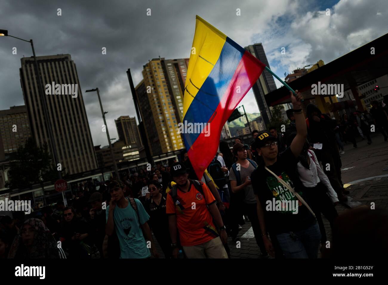 Les étudiants, porteurs du drapeau colombien, participent à une marche de protestation contre les politiques du gouvernement à Bogota, en Colombie. Banque D'Images