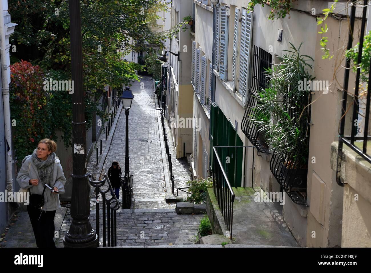 Piéton marchant dans la rue escarpée de Montmartre.Paris.France Banque D'Images