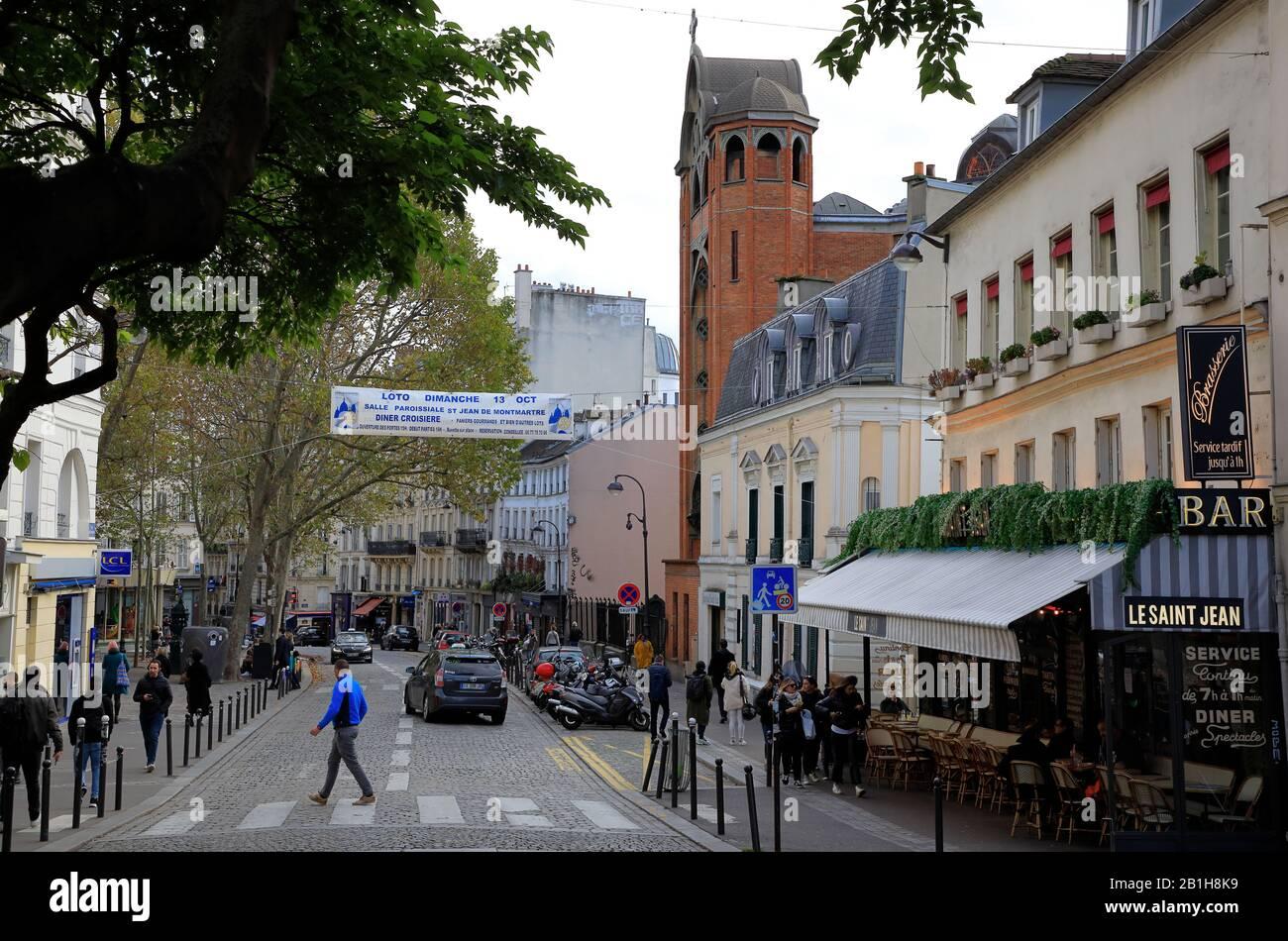 Rue des Abbesses rue Art Nouveau Saint-Jean de Montmartre église de Montmartre.Paris.France Banque D'Images