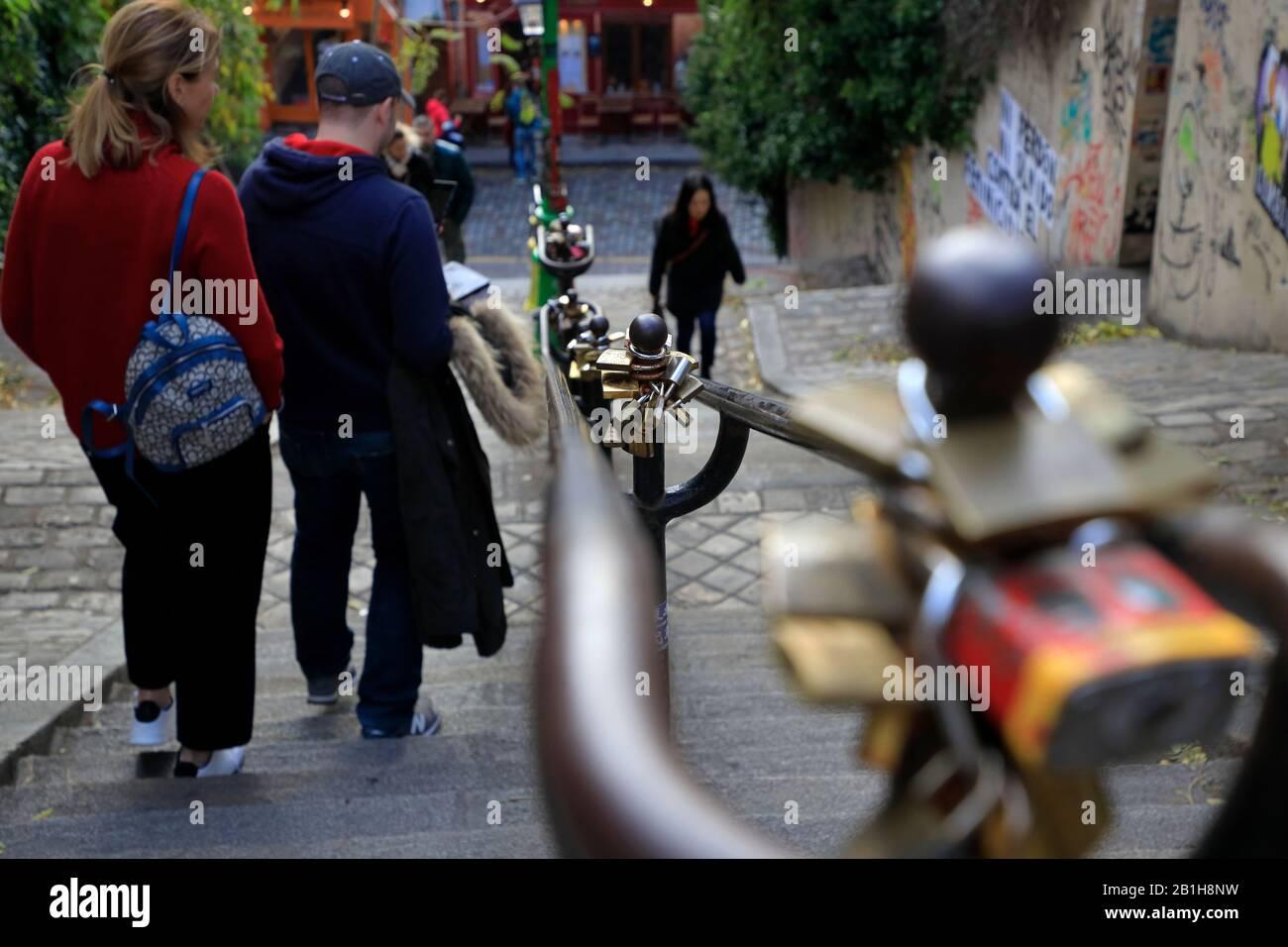Piétons marchant dans la rue escarpée de Montmartre.Paris.France Banque D'Images