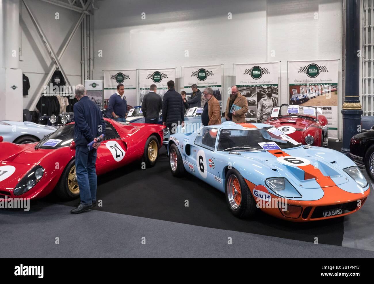 Réplique Ford GT 40 et Ferrari en vente au London Classic car Show Olympia Banque D'Images