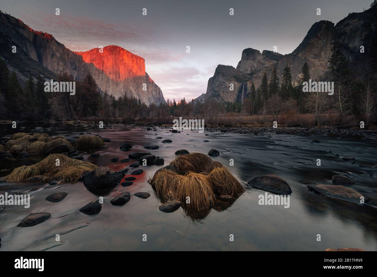 Vue depuis Valley View au parc national de Yosemite. Sur le côté gauche du dôme « El Capitan » et sur le côté droit de Cathedral Rocks. En Californie. Banque D'Images