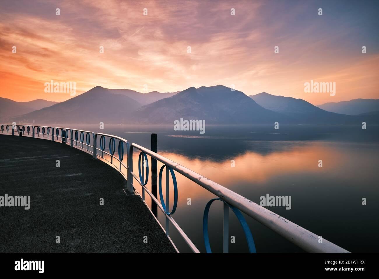 Vue sur la terrasse sur le lac Iseo au coucher du soleil, Brescia, Italie Banque D'Images