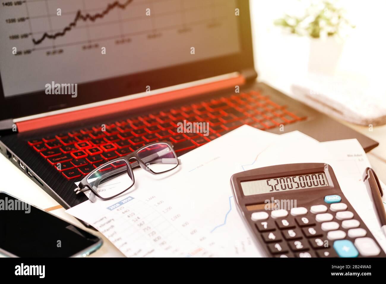 suivi financier en ligne, données comptables, transactions bancaires et concept visuel d'investissement Banque D'Images
